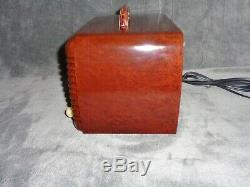 Beautifully restored Zenith model 6D510 vintage 1940 tube radio