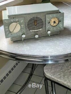 Clean Example Zenith Tube Radio AM-FM/Alarm Model Z733 1955 Operational