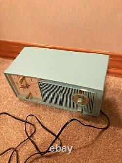 Mid Century Modern Zenith E514B AM Clock Tube Radio Turquoise Baby Blue MCM