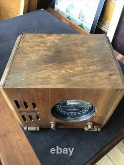 Vintage Zenith 5-R-210 table top tube radio/ powers up/tuning dial needs work
