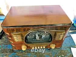 Vintage Zenith 7-S-529 table top tube radio/powers up but did't receive stations